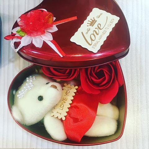 خرید پستی  جعبه فلزی قلبی به همراه گل و خرس